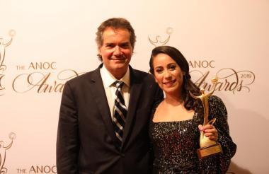 Mariana Pajón con el galardón en sus manos.