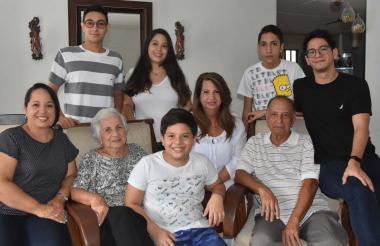 Amalia Vergara rodeada por sus hijos y nietos. Su consigna es que el amor y la unión familiar son la solución para las adversidades.