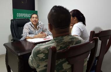Fabio y Eugenia concilian durante la audiencia en el despacho de la juez de paz Nidia Donado.