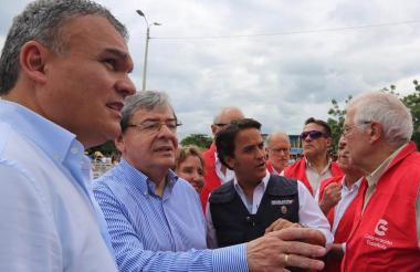 Canciller Carlos Holmes y su homólogo español, Josep Borrell, recorrieron el puente Simón Bolívar en la frontera con Venezuela.