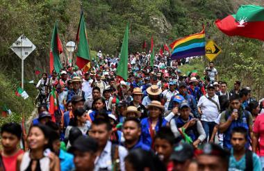 Indígenas caminan a la Reunión de Guardias Indígenas.