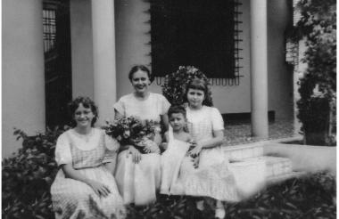 Lola de Pont con sus tres hijos, en la casa de la carrera 53.