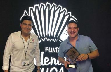 El organizador del Festival Vallenato USA, Juan David Pallares, y el ganador.