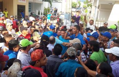 Cientos de personas se agolparon en las afueras de la registraduría de Sincé.