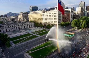 Enfrentamientos entre policías y manifestantes en las calles de Santiago.