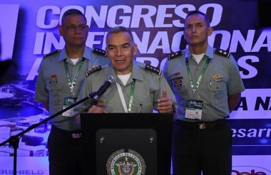 Director general de la Policía Nacional, general Óscar Atehortúa Duque, acompañado del mayor Jorge Luis Ramírez Aragon, director de la Dirección de Antinarcóticos de la Policía Nacional (izq) y el general Mariano Botero Coy, comandante de la Regional número 8 de Policía Nacional (der).