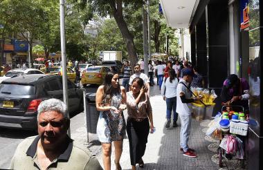 Personas transitan por el sector del Paseo Bolívar.