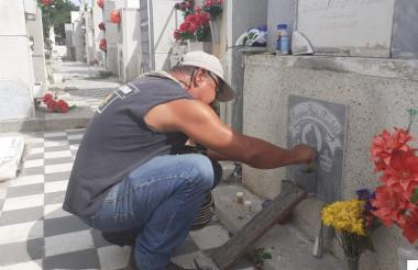 """Nelson Cantillo arregla la tumba de su mamá Georgina Díaz. """"Ella me dio todo lo que soy"""", asegura."""