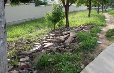 Los adoquines y el anden del parque destruidos.
