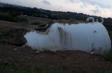 Tanque de agua abandonado, enterrado, sin tapa y lleno de agua lluvia.