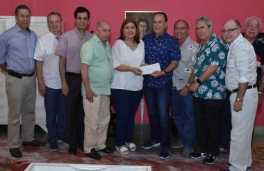 Los estudiantes de la promoción del 69 del Sagrado Corazón entregan la carta original a Beatriz Aguilar.