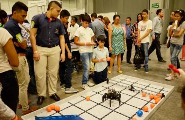 Jóvenes interactúan con aparatos electrónicos.