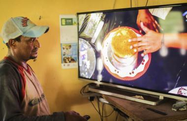 Un hombre observa televisión en Pisabarro II.