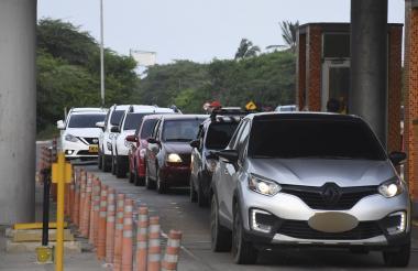 Vehículos durante las filas que se presentaron en la tarde de ayer para ingresar a Barranquilla.
