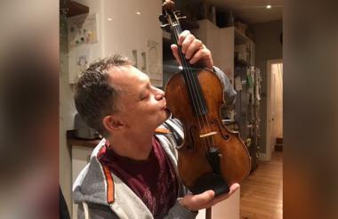 Imagen de Morris al recuperar su instrumento.