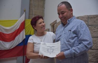 El alcalde electo de Baranoa, Roberto Celedón, recibiendo la credencial.