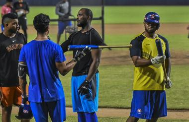 Los peloteros de Caimanes durante un entrenamiento en el estadio Édgar Rentería.