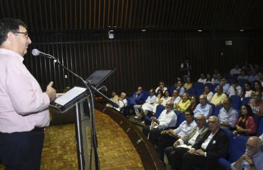 El rector Adolfo Meisel se dirige a los asistentes al acto de lanzamiento de la cátedra.
