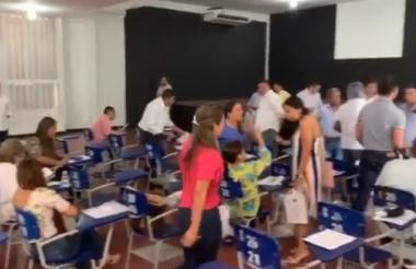 Momentos en que varios de los aspirantes se retiran del examen.