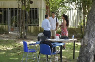 Dos estudiantes dialogan con el rector (e) de la Universidad del Atlántico.