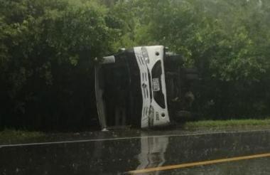 El bus terminó volcado a un lado de la vía.