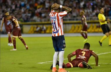 Daniel Moreno se lamenta por desperdiciar una clara oportunidad de gol.