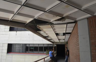 El techo de la edificación, tanto en las oficinas como en los pasillos, está en mal estado.