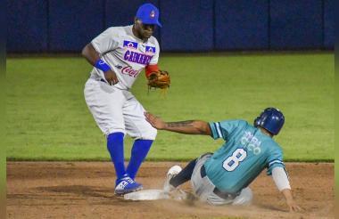 Acción del juego de este lunes entre Caimanes y Leones de Santa Marta, que se disputó en el Édgar Rentería.