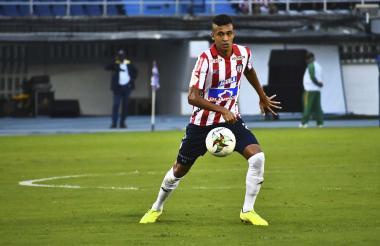 El volante Víctor Cantillo con el control del balón.