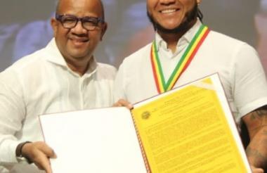 El alcalde Pereira con Harold Ramírez.