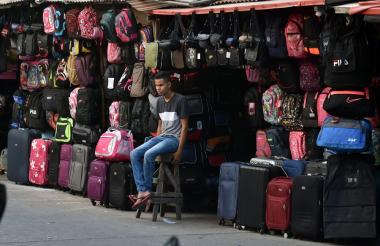 Trabajador en una venta en el espacio público en el centro de Barranquilla.