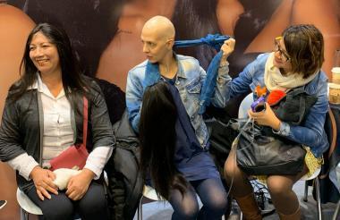 Una mujer recibe una peluca.