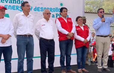 Servando García, gobernador de Piura; Martín Vizcarra, presidente de Perú; Juan C. Liu, ministro de Energía y Minas de Perú, y los ministros de vivienda y salud acompañando a Eric Flesch, Presidente de Promigas.