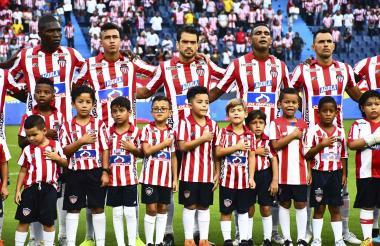 Edwuin Cetré, Germán Mera, Víctor Cantillo, Sebastián Hernández, Luis Narváez, Marlon Piedrahíta y Willer Ditta escuchando el himno en el juego anterior.