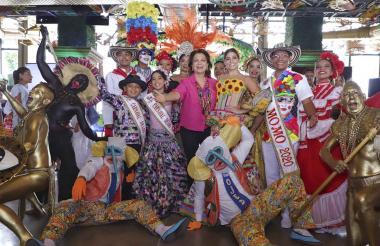 Los reyes del Carnaval de Barranquilla 2020 junto a la directora de la corporación Carla Celia.
