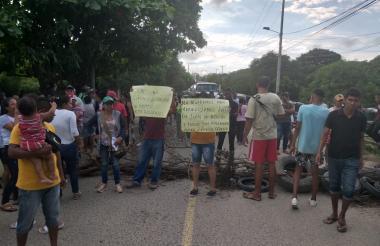 Con carteleras, palos y llantas bloquearon la entrada principal al municipio.