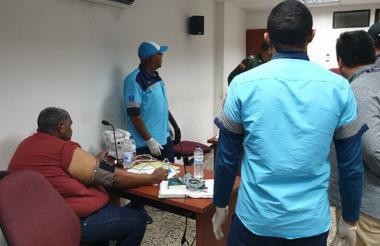 El alcalde Luis Peñaloza es atendido en plena audiencia en Valledupar.