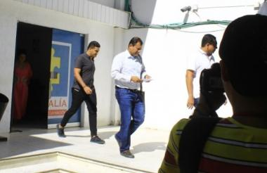Jorge Araújo Gutiérrez y Jaime Luis Fuentes cuando salían del CTI de Valledupar.