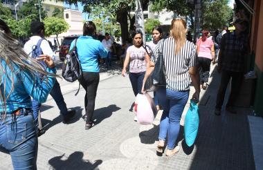 Ciudadanos transitan por el Paseo Bolívar, que ayer tuvo una actividad comercial normal, sin problemas.