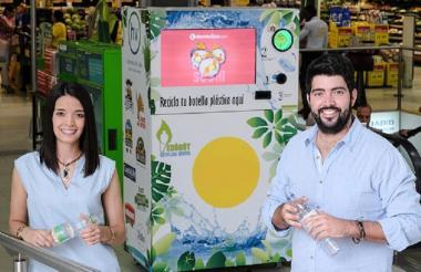Lina Aramburo y Santiago Aramburo, con una de las máquinas recolectoras de botellas.