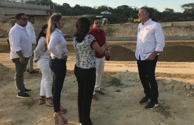 El gobernador del Atlántico, Eduardo Verano; el alcalde electo de Puerto Colombia, Wilman Vargas, y la secretaria de Infraestructura, Mercedes Muñoz, entre otros funcionarios inspeccionando las obras.