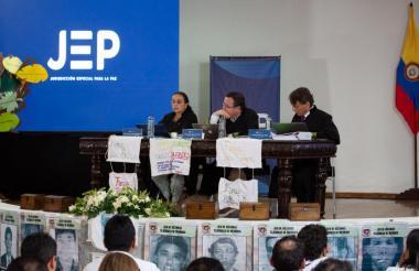 Los magistrados de la JEP Alejandro Ramelli, Gustavo Salazar y Reinere Jaramillo en la audiencia.
