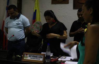 La secretaria general Mairy Hernández se abanica en medio del apagón.