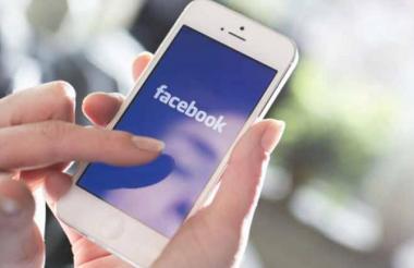 Una persona ingresa a la red social de Facebook. Imagen de referencia.