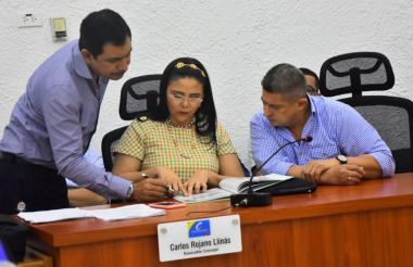 Emelith Barraza, secretaria de Hacienda del Distrito, junto Alexander De la Hoz, jefe de la Oficina de presupuesto del Distrito.