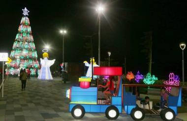 Varios niños juegan en los elementos instalados en el malecón para esta época de Navidad.