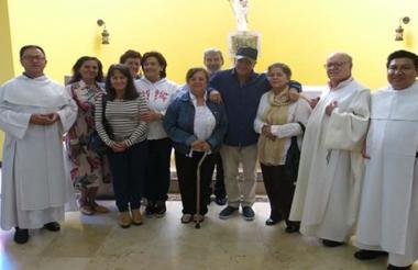 Ernesto Báez, exparamilitar, rodeado de monjes y comunidad religiosa en el convento Enrique Lacordaire de Medellín.