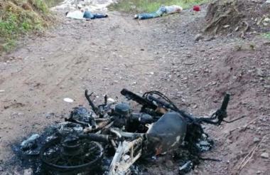 Las autoridades hallaron junto a los cadáveres de las víctimas una motocicleta incinerada.
