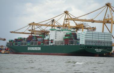 Un barco de carga en el Puerto de Buenaventura.