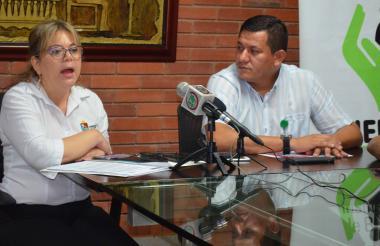 Vilma Mercado Cumplido, funcionaria de la Secretaría de Salud de Sucre, y e,k director del Icbf durante el lanzamiento de la campaña contra el uso de la pólvora ayer en Sincelejo.